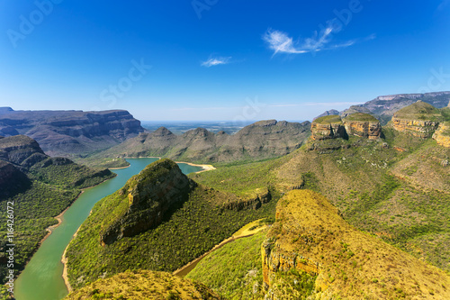 Poster Afrique du Sud Republic of South Africa - Mpumalanga province. Blyde River Canyon (the largest green canyon in the world, fragment of the Panorama Route) and The Three Rondavels (three dolomite peaks on the right)