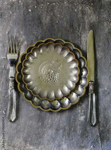 plakat vintage cutlery and a plate on a gray background