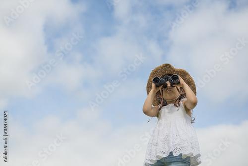Fotografie, Obraz  双眼鏡で遠くを見る女の子
