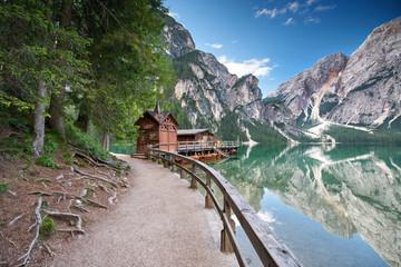 Fototapeta samoprzylepna Weg um den Alpensee - Dolomiten, Lago di Braies