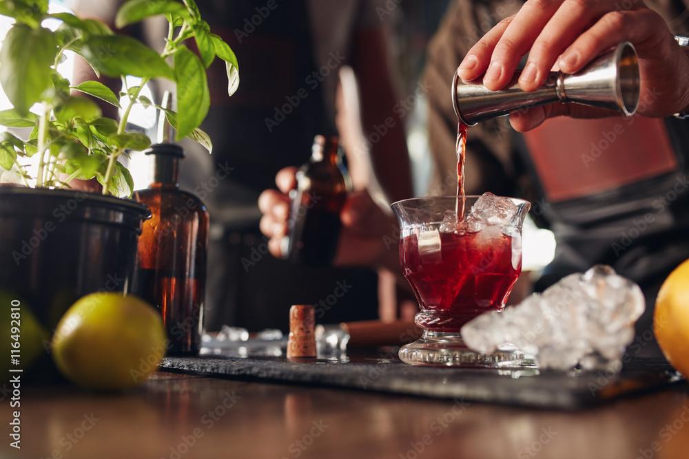 Fotografía Bartender preparing fresh negroni cocktail