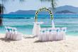 plage préparée et fleurie pour célébration d'un mariage aux Seychelles