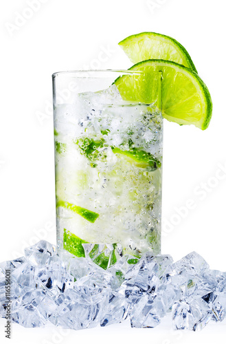 Spoed Foto op Canvas Opspattend water Misted glass of water with lime and ice