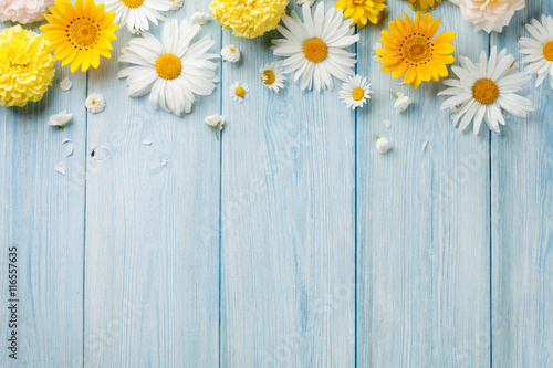 Fotobehang Bloemen Garden flowers over wood