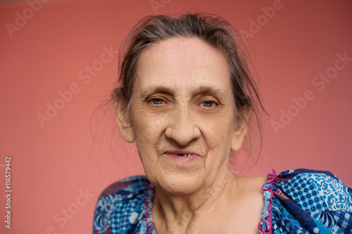 Photo  Close up face of beautiful smiling woman with wrinkles