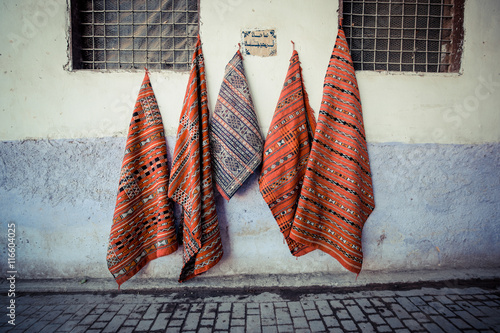 In de dag Marokko Traditional carpet of Morocco, sold as a souvenir in the old city of Fes (fez)
