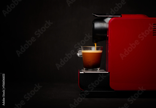 Ekspres do kawy z filiżanką kawy