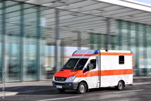 Krankenwagen fahrend in der Stadt