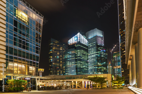 Photo  Customs House and Skyscrapers in  Singapore at night