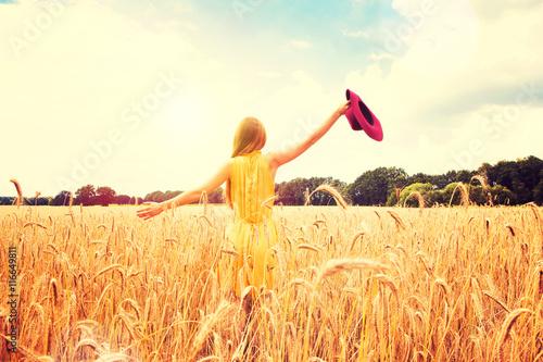 Photographie  Belle femme sur un champ de maïs