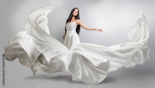 Fotografía  beautiful young girl in flying white dress