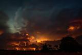 Fototapeta Na sufit - Groźne burzowe niebo z piorunami