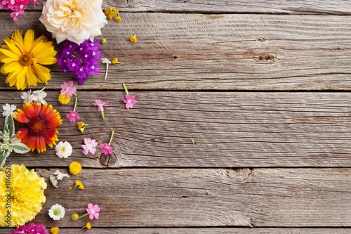 Poster Fleur Garden flowers over wood