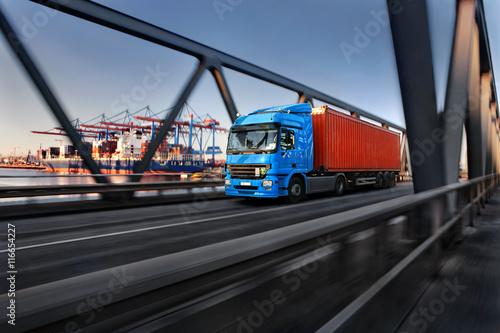 Fotografía  LKW mit Container im Hamburger Hafen