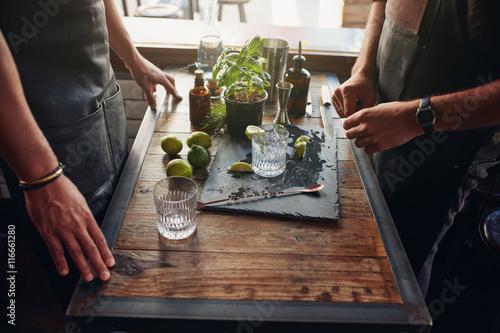 Fotografía  Barmen preparing new cocktail recipe