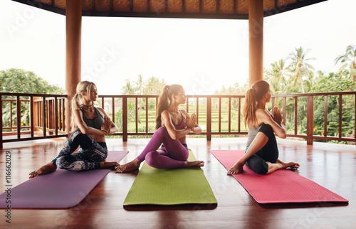 Poster  Gesunde junge Frauen praktizieren Yoga