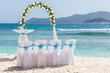 plage aménagée et fleurie pour célébration d'un mariage aux Seychelles