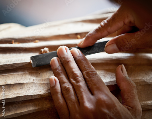 Photo Hands woodcarver with the tool close-up