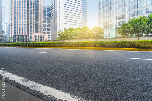 Foto  clean asphalt road with city skyline background,china.