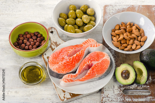 Deurstickers Verse groenten Food sources of unsaturated fats.