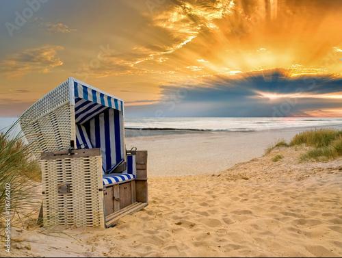 Spoed Foto op Canvas Noordzee Strandkorb Nordsee Sonnenuntergang