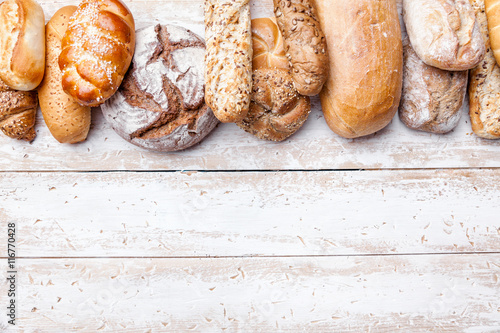 Photo sur Aluminium Boulangerie Delicious fresh bread on wooden background