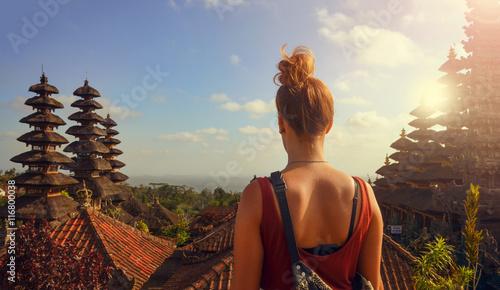 Foto op Aluminium Bali Junge Frau in einer Tempelanlage auf Bali (Besakih Tempel)