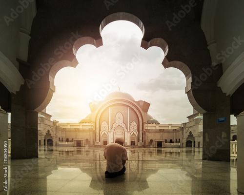 Foto op Aluminium Kuala Lumpur Muslim prayer praying in front Malaysia Federal Mosque