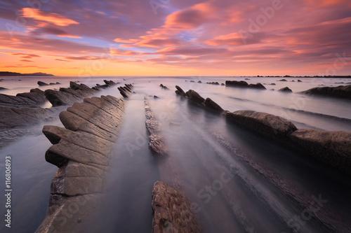 Foto  Precioso atardecer en la playa de Sakoneta (País Vasco)