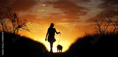 Foto  Spaziergang mit einem Hund in der Abenddämmerung.