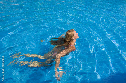 Keuken foto achterwand Zeemeermin Young woman in swimming pool