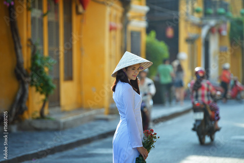 Foto  Beautiful  woman with Vietnam culture traditional ,vintage style,Hoi an Vietnam