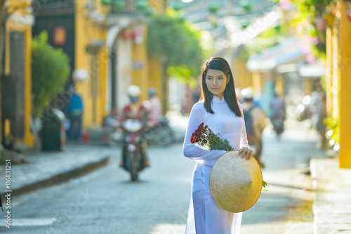 Photo  Beautiful  woman with Vietnam culture traditional ,vintage style,Hoi an Vietnam