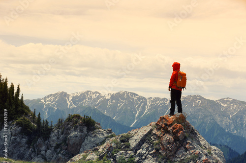 Photo successful woman backpacker enjoy the view on mountain peak
