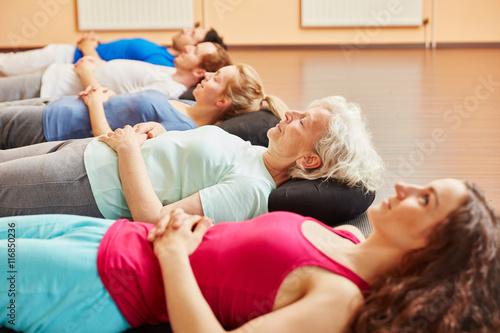 Fototapeta Gruppe macht Meditation nach Yoga Kurs obraz na płótnie