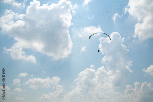 Poster de jardin Aerien Paraglider in the blue sky, big blue clouds