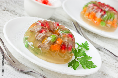 Photo Meat galantine with vegetables, beautiful decoration aspic