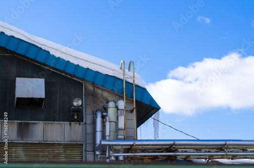 Foto op Plexiglas Stadion 屋根の氷柱と青空