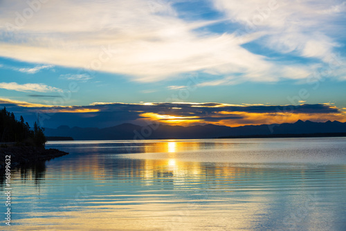 Foto op Aluminium Blauw Sunrise over Yellowstone Lake