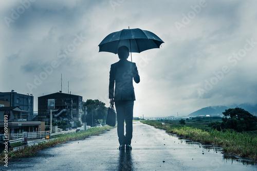 Fotografie, Obraz  傘を差して歩くビジネスマン,暗いイメージ