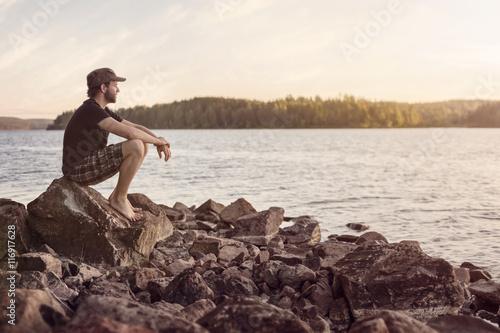 Mann blickt auf See hinaus, sommerliche Abendstimmung Canvas Print