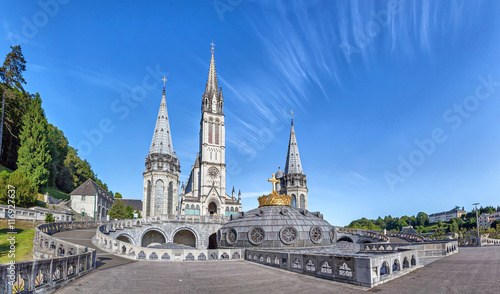 Edifice religieux Panoramic view of Rosary Basilica in Lourdes
