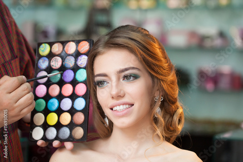 Photo  Pretty woman with makeup and palette