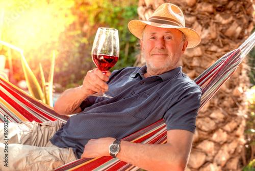 Fotografía  Mann mit einem Glas Wein