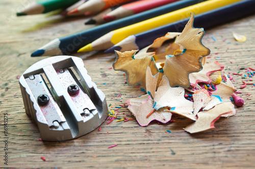 Taille crayon de crayons de couleur sur bureau d écolier en vieux