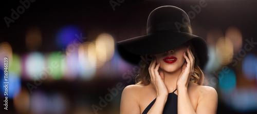 piękna kobieta w czarnym kapeluszu na lampki nocne