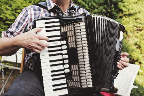Fotografija  homme senior jouant de l'accordéon dans nature