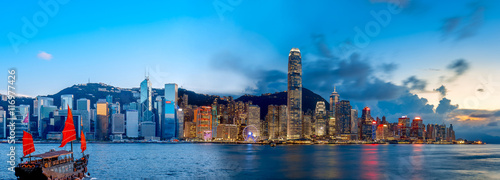 Foto auf AluDibond Hongkong Hong Kong Victoria Harbor in magic hour