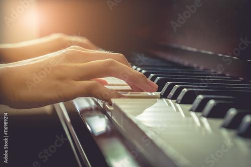 Muzyk gra na pianinie w chruch z filtrem vintage.