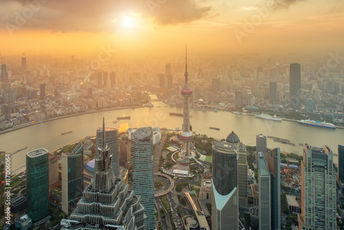 Photo  Aerial view of Shanghai skyline at Lujiazui Pudong.